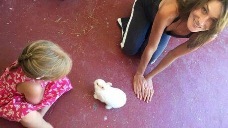 photo-carla-bruni-poste-une-nouvelle-photo-de-giulia-avec-un-lapin