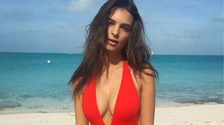 PHOTOS Emily Ratajkowski toujours plus sexy dans son maillot rouge