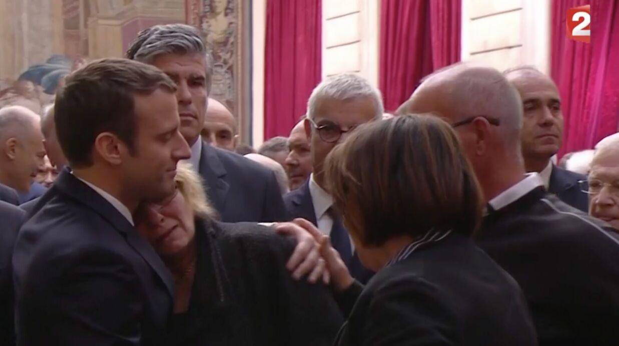 VIDEO Emmanuel Macron: la mère d'une militante décédée fond en larmes dans ses bras
