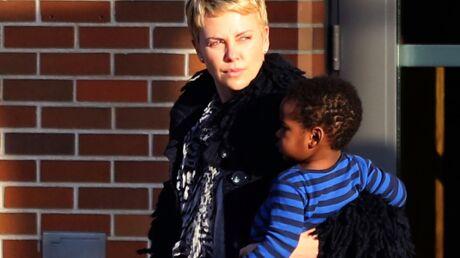 Alertée par les hurlements du fils de Charlize Theron, la police a débarqué