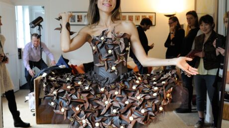 DIAPO Marie-Ange Casalta, Sophie Thalmann et Aïda Touihri essaient leurs robes en chocolat