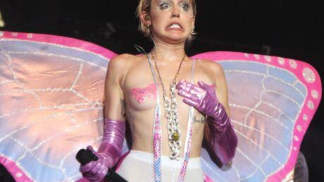 PHOTOS Déguisée en papillon, Miley Cyrus montre ses seins sur scène