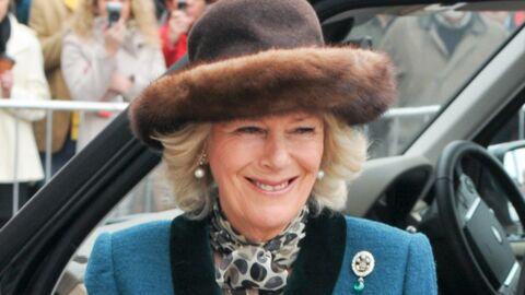 Camilla Parker Bowles en promenade avec une broche de Lady Di