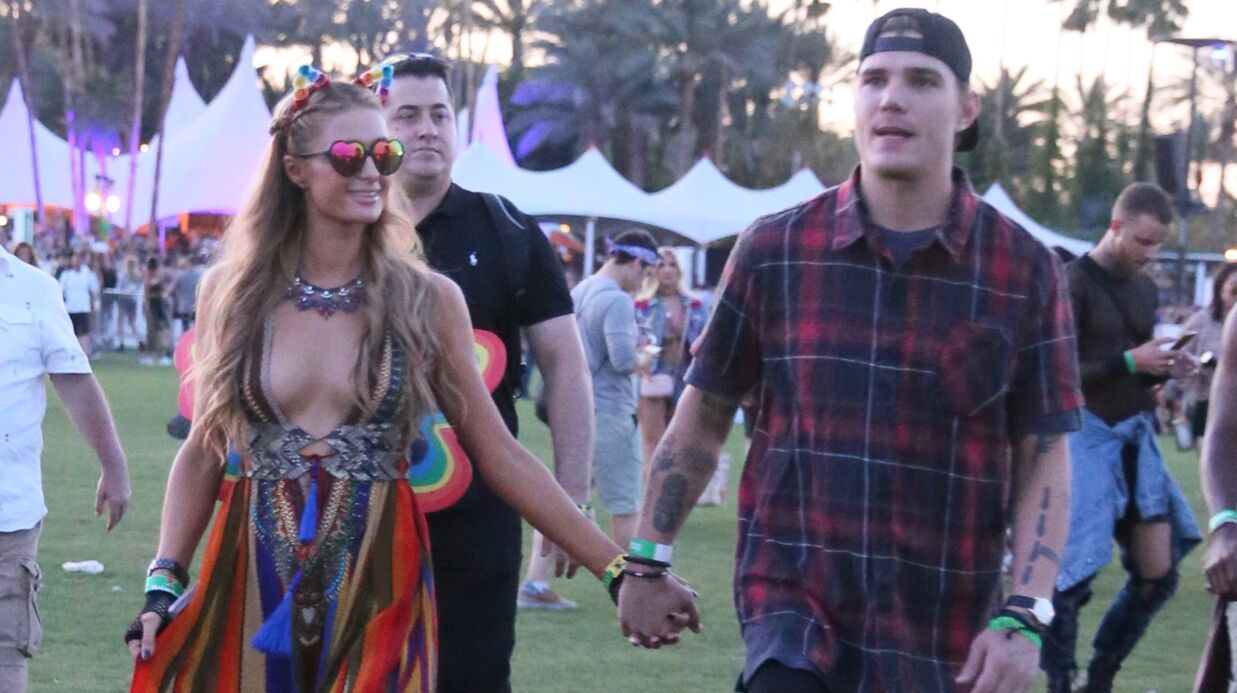 PHOTOS Paris Hilton: amou­reuse et ultra décol­le­tée à Coachella