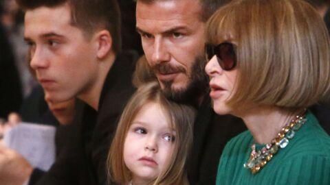 PHOTOS La fille de David Beckham, Harper, s'ennuie sévère au défilé de Victoria
