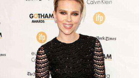Une fan ne reconnaît pas Scarlett Johansson et lui demande de sortir du cadre de sa photo