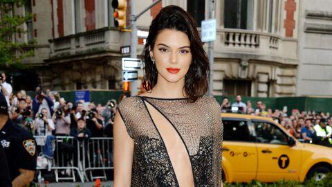 Kendall Jenner chute à vélo et s'étale de tout son long, sa sœur en rit