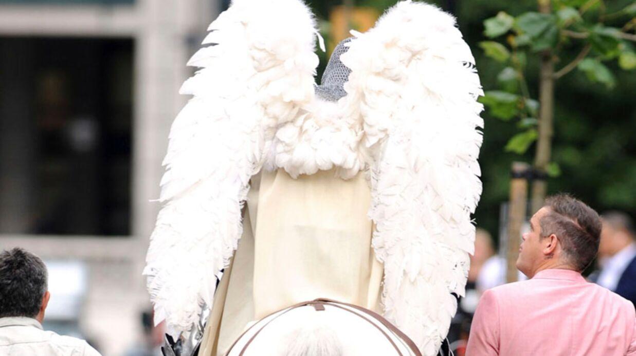 PHOTOS Robbie Williams se déguise en ange pour son nouveau clip