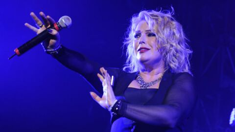 VIDEO Ivre, Kim Wilde improvise un concert dans un train