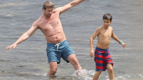 PHOTOS Simon Baker: le Mentalist s'éclate à la plage avec sa famille