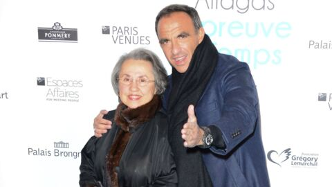 Nikos Aliagas pose avec sa mère au vernissage de son expo et c'est adorable!