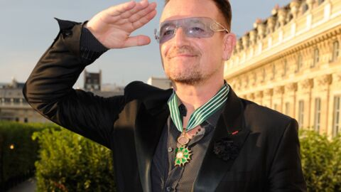 DIAPO Bono sacré commandeur des Arts et des Lettres devant sa femme et Cali