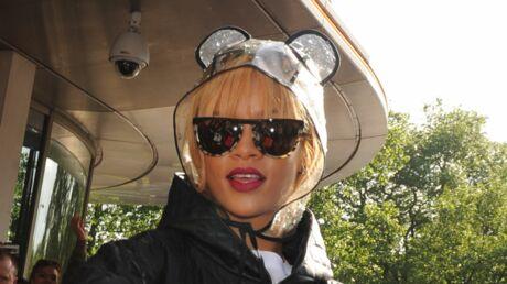 DIAPO Le look très original de Rihanna pour affronter la pluie