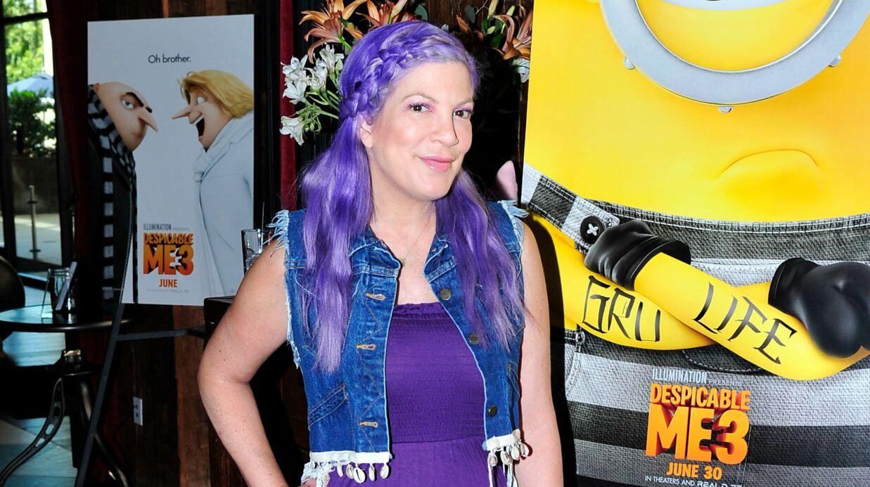 PHOTOS Tori Spelling change de look et c'est très coloré!