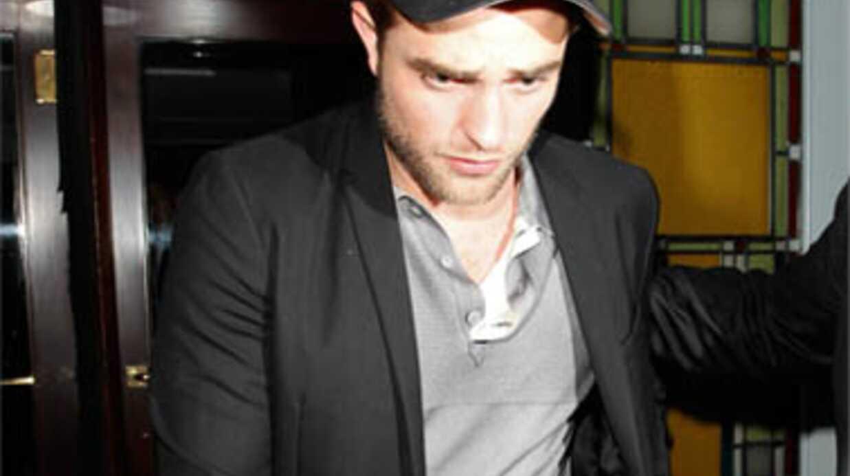 Robert Pattinson claque la porte lors d'une séance photo sexy