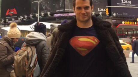 VIDEO Henry Cavill se balade avec un t-shirt de Superman dans la plus grande indifférence