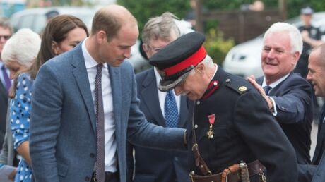PHOTOS Le prince William vient au secours d'un représentant de la reine