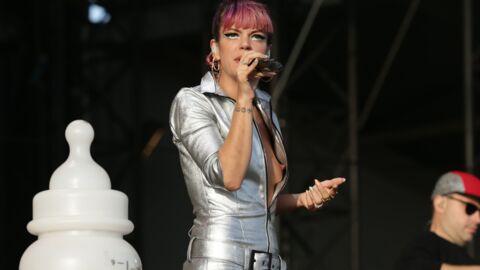 PHOTOS Lily Allen montre (encore) un sein en plein concert
