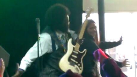 VIDEO Afroman met une droite à une fan pendant un concert