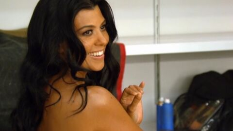 VIDEO Kourtney Kardashian pose nue (devant sa soeur) pour un shooting photo