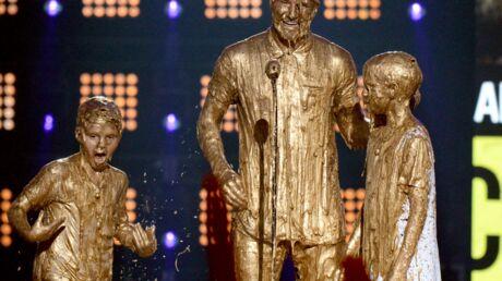 photos-david-beckham-et-ses-fils-prennent-une-douche-d-or