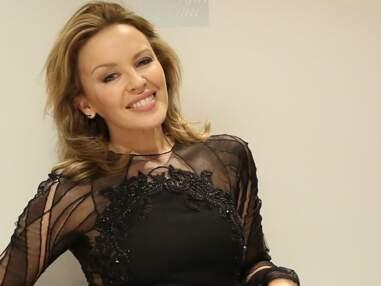 Kylie Minogue très sexy dans une robe transparente