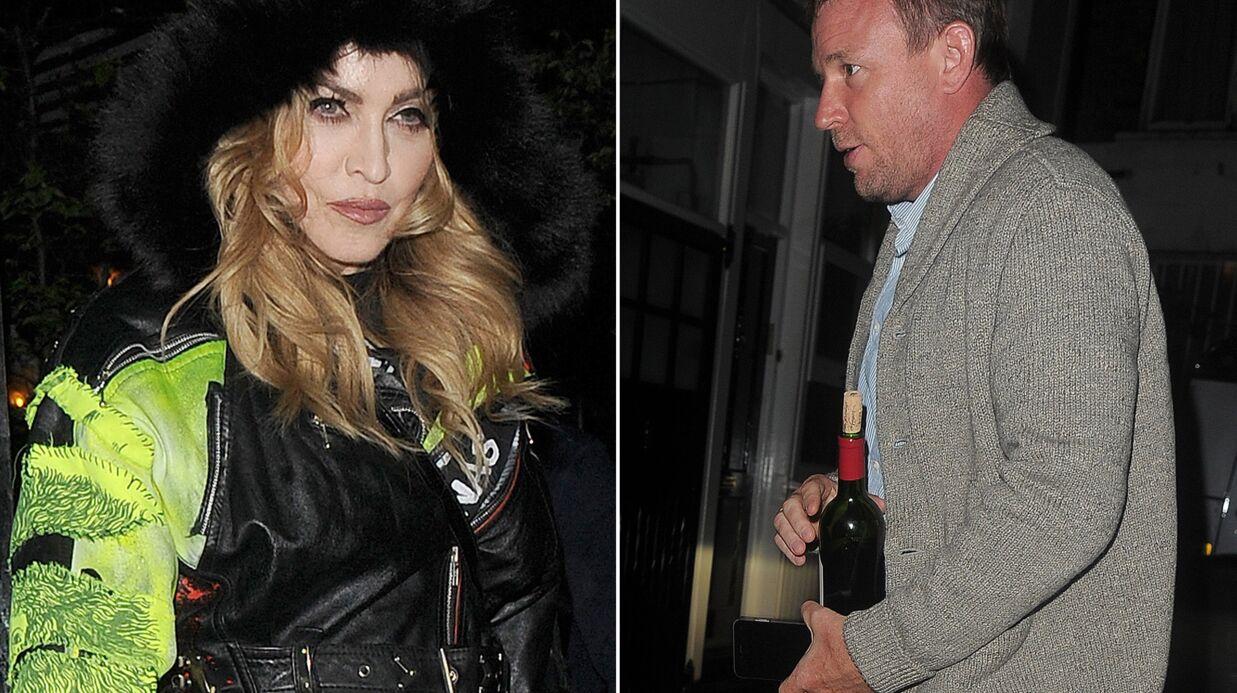 PHOTO Guy Ritchie: pour faire la paix avec Madonna, il ramène une bouteille de vin… déjà entamée