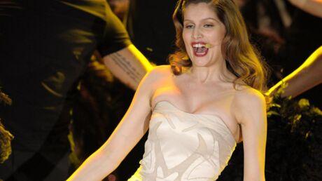VIDEO Ultra sexy, Laetitia Casta pousse la chansonnette au festival de San Remo