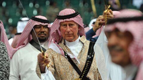 PHOTOS Le prince Charles s'essaye à la danse de l'épée en Arabie Saoudite