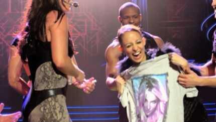 VIDEO Britney Spears tient Nicole Richie en laisse sur scène
