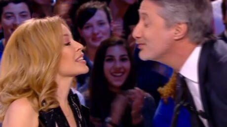 VIDEO Kylie Minogue embrasse Antoine de Caunes au Grand Journal