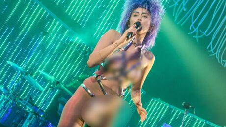 PHOTOS Miley Cyrus va encore plus loin: elle monte sur scène avec un énorme sextoy