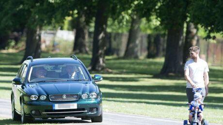 photos-elizabeth-ii-au-volant-de-sa-jaguar-elle-roule-sur-le-gazon-pour-eviter-un-jeune-couple