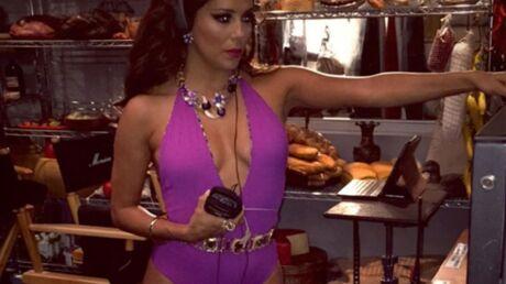 PHOTO Eva Longoria sexy en body rose très, très échancré pour sa nouvelle série