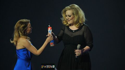 VIDEO Adele fait un doigt d'honneur sur la scène des BRIT Awards