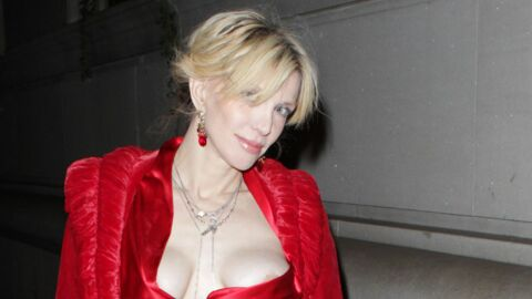 LOOK Courtney Love destroy en robe rouge à New York