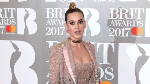 VIDEO La chute qui fait rire: un danseur de Katy Perry tombe de scène pendant sa performance aux Brit Awards