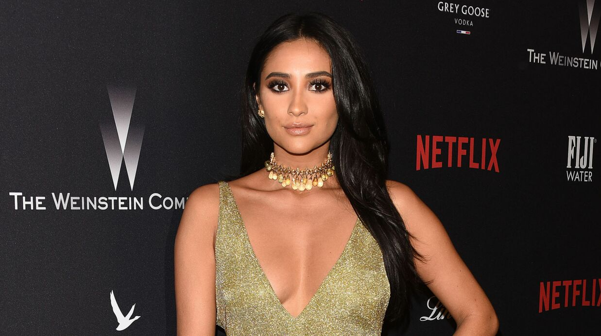 PHOTO Shay Mitchell (Pretty Little Liars) pose entiè­re­ment nue sous sa douche