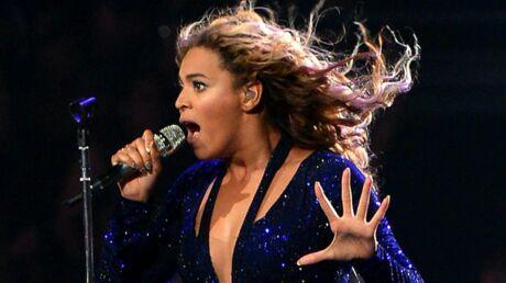 VIDEO Beyoncé se prend les cheveux dans un ventilateur en plein concert