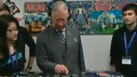 VIDEO Le prince Charles s'improvise DJ
