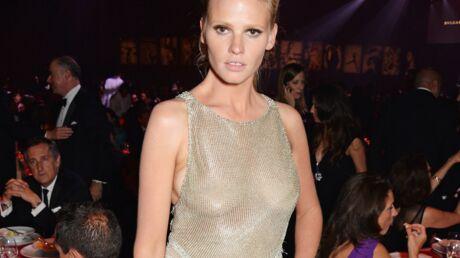 PHOTOS Le look osé de Lara Stone avec sa robe grecque transparente
