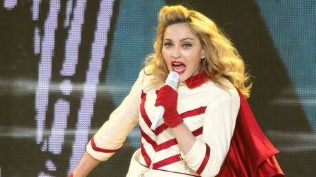 VIDEO Madonna chute sur scène à cause d'un fan