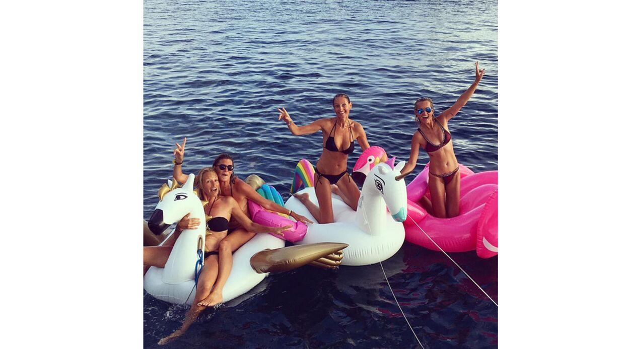 PHOTO Laeticia Hallyday, Estelle Lefébure et deux copines s'éclatent en bikini sur des bouées gonflables