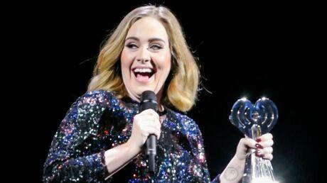 VIDEO Adele embrasse un chien sur scène (et ça la fait beaucoup rire)
