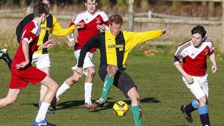 DIAPO Le prince Harry sexy et sportif à un match de foot