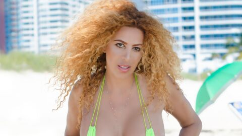 PHOTO Afida Turner pose seins nus (attention, c'est frontal)