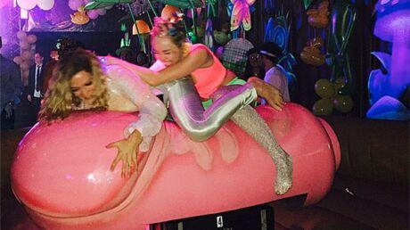 Miley Cyrus fête son anniversaire topless et avec un sex toy géant
