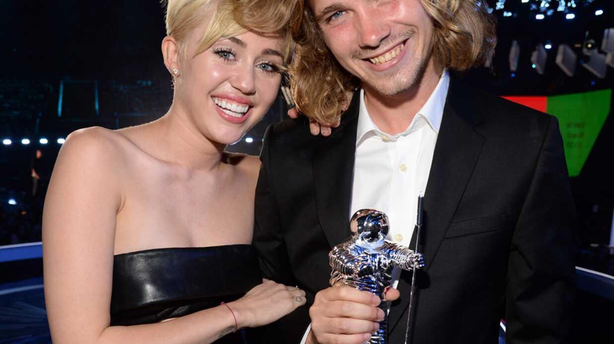 VIDEO Miley Cyrus fait monter un SDF sur scène aux MTV Video Music Awards