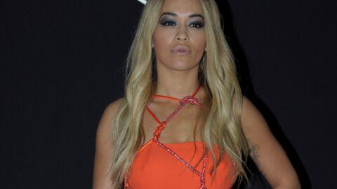 PHOTOS Rita Ora complètement nue sous une robe très ajourée pour Versace