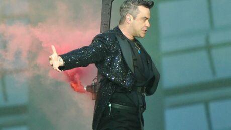 VIDEO Robbie Williams dédicace les fesses d'une fan sur scène